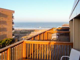 Oceanview condo w/ balcony, beach access & shared pool!, Ocean City