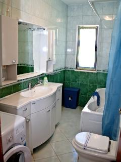 H(9): bathroom with toilet