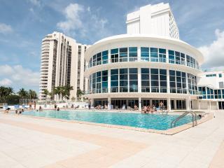 Fantastic Ocean Front Studio Apartment, Miami Beach
