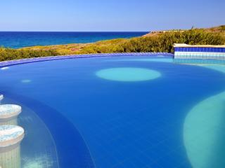 Uninterrupted sea views, private Infinity Edge  Pool, Jacuzzi & swim up bar!!!