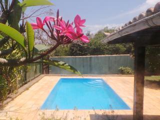 Confortável casa com piscina privada, perto praia