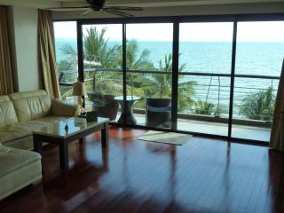 2 bedroom at direct beachfront+car+chauffeur+pool, Jomtien Beach