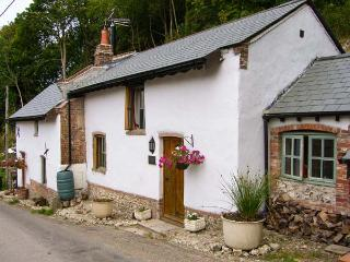 THE MEAL HOUSE, period cottage, en-suite, woodburner, woodburning hot tub, in Do