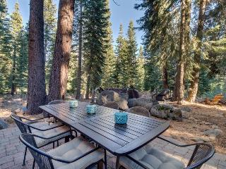 Unique dog-friendly  log cabin w/resort amenities like a shared pool & hot tub, Truckee