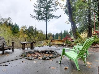 Cozy & warm condo with a shared deck, firepit & river views!, Rhododendron