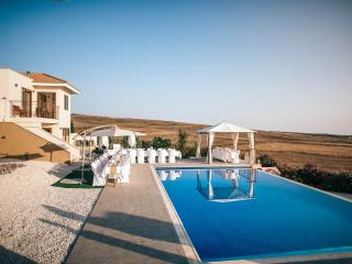 Stunning 6 BR villa, breathtaking views, pool,wifi, Kathikas