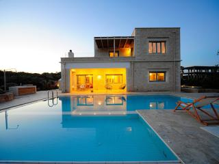 Luxurious 4-bedroom villa in Akrotiri