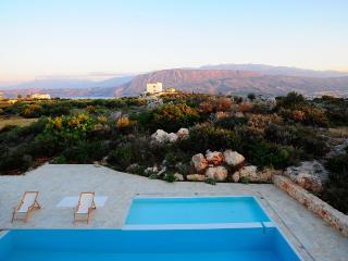 Luxurious 4-bedroom villa in Akrotiri