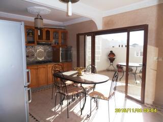 la cuisine donne sur la terrasse très ensoleillé sans vis à vis idéal pour les bains de soleil