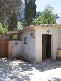 locale lavanderia nel baglio interno e doccia all'aperto