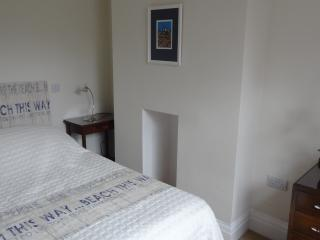 Alpha Cottage - Sleeps 4, 20 min walk to beach. WIFI.