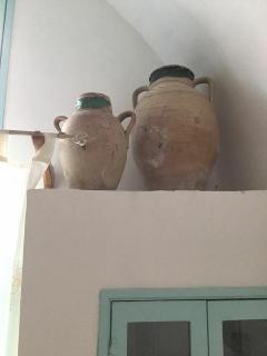 Particolare cucina con vasi antichi