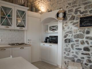 Angolo cottura e zona attrezzata (forno e lavatrice)