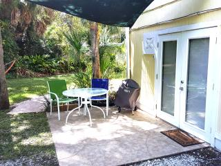 NEW Siesta Key Efficiency Apt  0.8 miles to Beach
