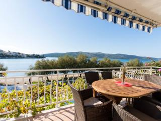 NEW(2015) LUXURY BEACHFRONT APARTMENT 3 BEDROOMS, Seget Vranjica