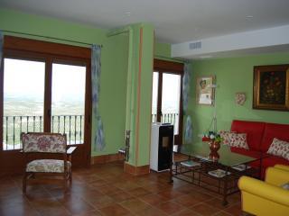 Salón con chimenea de pellet, sofá-cama, 3 sillones y cómoda. decorado con antigüedades.