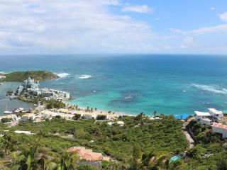 LEONES....Private love nest high on a hill with outstanding views of the ocean and St Barths, Oyster Pond