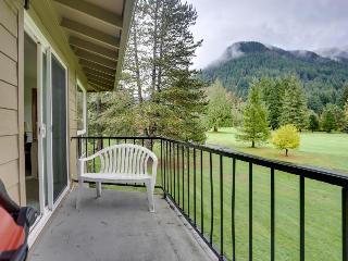 A welcoming dog-friendly condo with lovely golf course and mountain views!