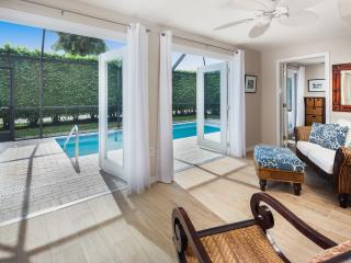 Old Naples Luxury Cottage - Walk to 5th & Beach !