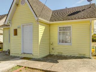 Bright and cozy pet-friendly cottage, close to activities!, Coos Bay