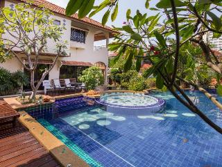 VILLA JADE WITH LARGE SWIMMING POOL AND JACUZZI, Pattaya