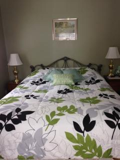 Green bedroom - Queen bed