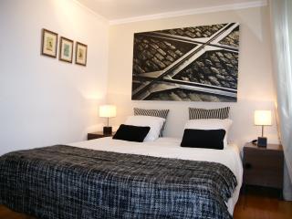 Chambre avec 1 fenêtre et 1 balcon à la française.