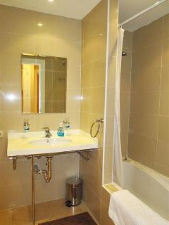 The downstairs en suite bathroom.