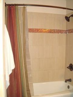 SHOWER & BATHTUB: Complimentary Shampoo, Conditioner & Body Wash