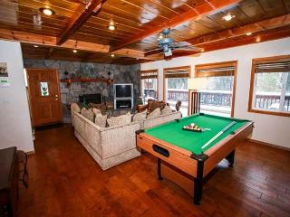 Walk to VILLAGE & LAKE &  steps to VILLAGE! Hot Tub! Lake! Pool table! WIFI!