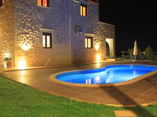 Amazing Villa big private pool & seaview,3bedrooms,wifi,BBQ with outdoor kitchen, Kontomari