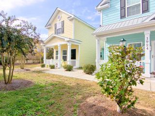 Rate Dropped! Cozy Cottage 1 block to Beach. Pool. Close to shopping/dining