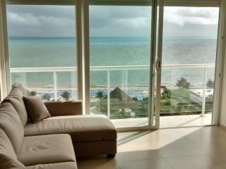 Beautiful 2 bedroom condo on the beach, Cancun