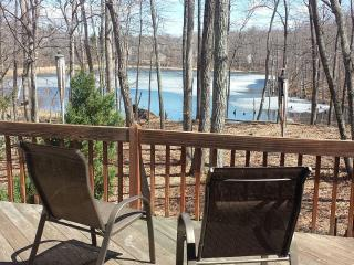 Lakefront Luxury 5 bd 3 full bath with Hot Tub, East Stroudsburg