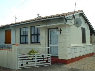 Semi detached bungalow with private drive, Royan