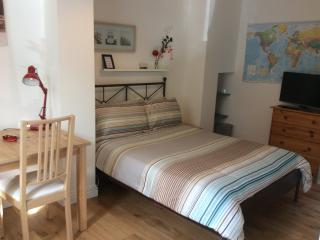 Comfortable double bed, TV, table with chairs, WiFi, Wardrobe and chest of drawers