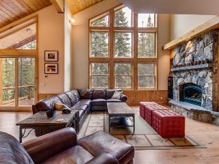 Gorgeous interior, tons of space, private hot tub, shared pool - Mountain Views!, Truckee