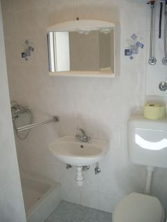 SA4(2+1): bathroom with toilet