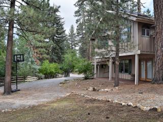 Hummingbear Lodge: Foosball! Hot Tub! Internet!, Big Bear Lake