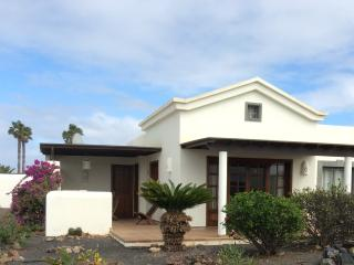 Casa Brisa -2 bedroom house with shared pool, La Goleta
