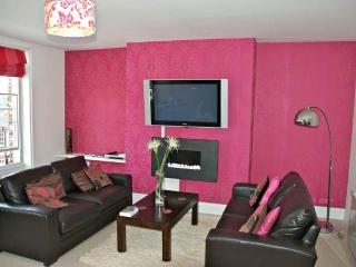 Stylish 2 bed 2 Bath Apartment with Parking & Wifi, York