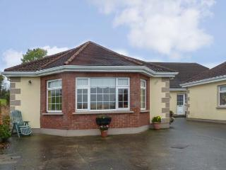 ROSE COTTAGE, open plan, shared patio and garden, pet-friendly, WiFi, off road parking, Ballinamuck Ref 917758, Drumlish