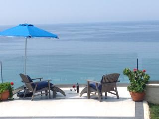 SEAHORSE BAY BEACH VILLA -   SEAFRONT,  WITH  POOL & STEPS DOWN TO THE BEACH, Corfú