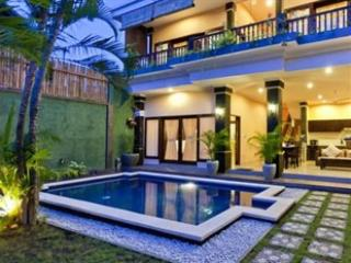 LEGIAN 3 Bed Villa - 10 min walk beach - Heart Legian - Sleeps 8 - kubu