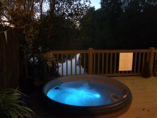 Night view of the hot tub looks inviting over looking the lake !
