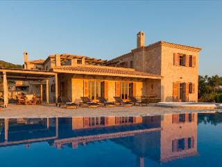 Palace - Traditional Stone Villa With Private Pool, Korithi
