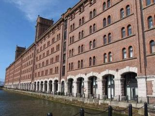 Stunning Riverside Dock Apt. close to City Centre