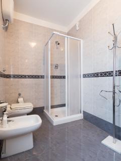 Lodge : 1 of 6 bathrooms in Villa + Lodge.
