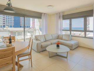 1 Min to the Beach-75m2-Free Parking & WiFi- Cview, Tel Aviv