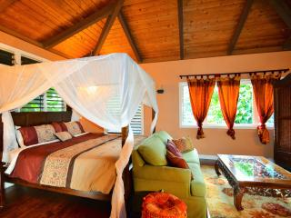 LOTUS LOFT ON LUSH ACRES, STREAM, AMAZING VIEWS &